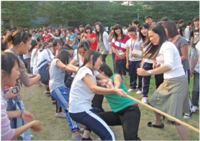 我校每年举行学生拔河比赛